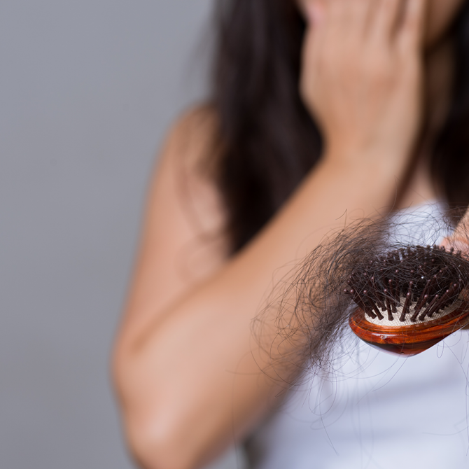 perchè-cadono-i-capelli-in-menopausa